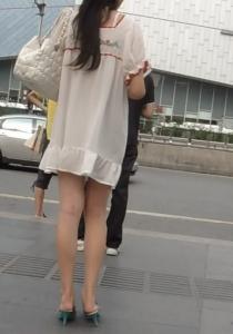 輕風拂過,透過那薄薄的絲裙,美麗的豐臀若隱若現[8P]主演: